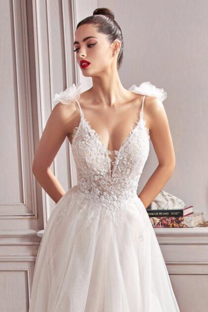 El modelo Hannah es un vestido de novia espectacular, muchas novias en Venezuela lo consideran como una de sus opciones. Un vestido de ensueño con corpiño ajustado, diseño floral reluciente y un profundo escote en V