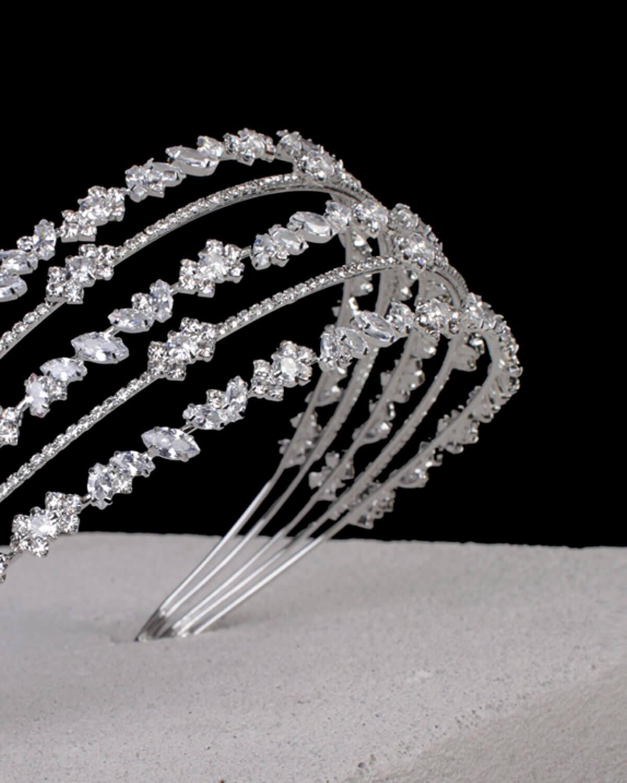 Finos detalles en pedrería en un cintillo con un estilo moderno que lo hace único, luce un look minimalista pero elegante con este tocado de novia en Venezuela