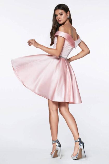 Luce un look fresco, minimalista pero elegante con este vestido de fiesta, disponible en nuestras boutique de Venezuela (bajo pedido): Evening Dress Boutique