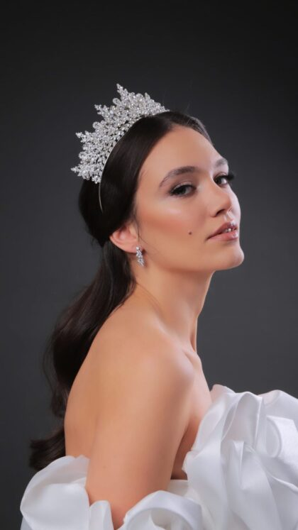 Entre las más hermosas coronas nupciales se encuentra el tocado de novia Freya Crown, una tiara de bodas realizada con los mejores materiales y cristales de zirconia - Bridal Room Boutique Venezuela