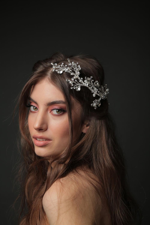 Completa tu look nupcial con estilo, usando un hermoso tocado con cristales de zirconia y motivos florales - Destaca el día de tu boda en Venezuela con Bridal Room Boutique