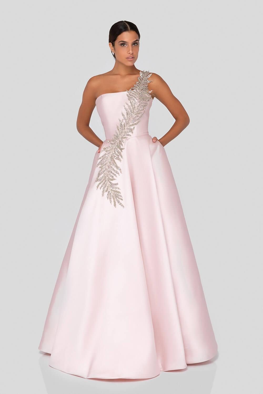 El color blush de este vestido de los diseñadores Terani Couture está disponible solo bajo pedido - Evening Dress Boutique