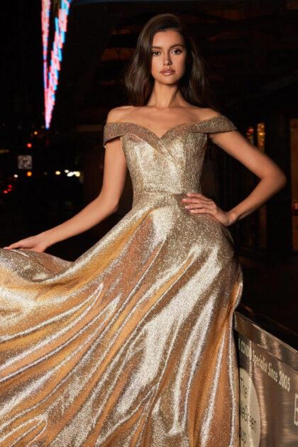 El color bronze del vestido de fiesta Charlotte está disponible solo bajo pedido. Pide tu cita de vestidos de fiesta en Venezuela