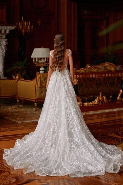 El profundo escote en forma de corazón del corsé está decorado con un encantador encaje bordado, cuyos elegantes elementos se adentran suavemente en la falda