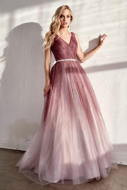 Siéntete como una verdadera celebridad mientras luces este hermoso vestido ombré de tul brillante y escote en V. Evening Dress Boutique Venezuela