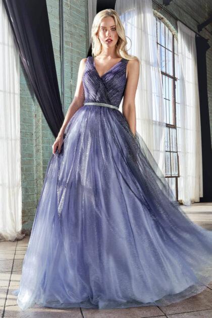 Te encantará dar vueltas con este vestido largo ombré con glitter y cintura con pedrería. Consíguelo en la Isla de Margarita con Evening Dress Boutique