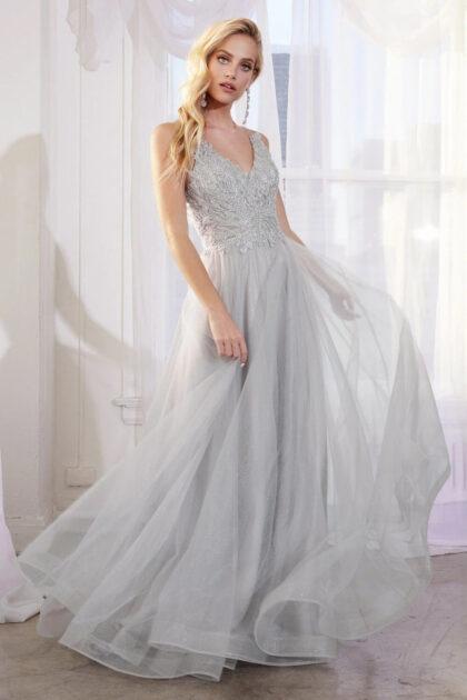 ¿Buscas un vestido de fiesta de tul con corte A? Amarás el modelo Elba, su diseño con escote en V y espalda abierta te harán ver estupenda en los eventos más importantes de tu vida