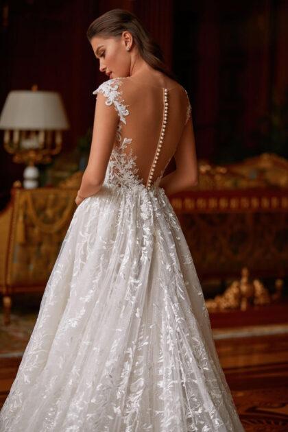 l brillo que resplandece a la luz añade una belleza especial a la falda de encaje. Una hermosa cola larga complementa el delicado y romántico look nupcial