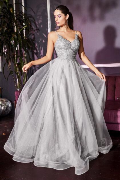Luce elegante y solenme en cada paso con este vestido de fiesta largo de tul y silueta corte A. Podrás conseguir este modelo en Evening Dress Boutique Venezuela