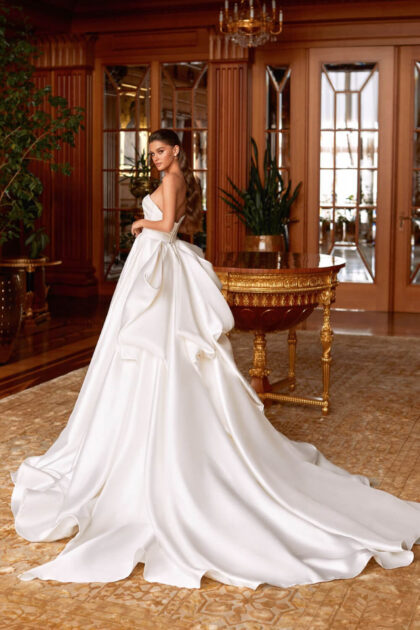 El vestido mikado puede considerarse un clásico moderno: la elegante silueta en A, la falda fluida y el original uso de elementos decorativos de diseño lo hacen fantástico