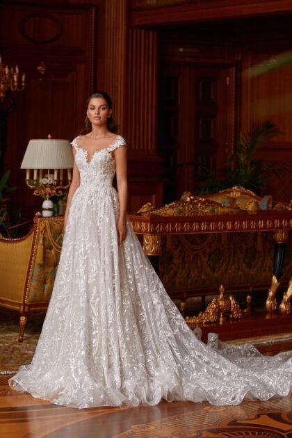 Un impecable vestido de novia de encaje de silueta A es la elección de una novia que prefiere una decoración tranquila, solemne y lujosa