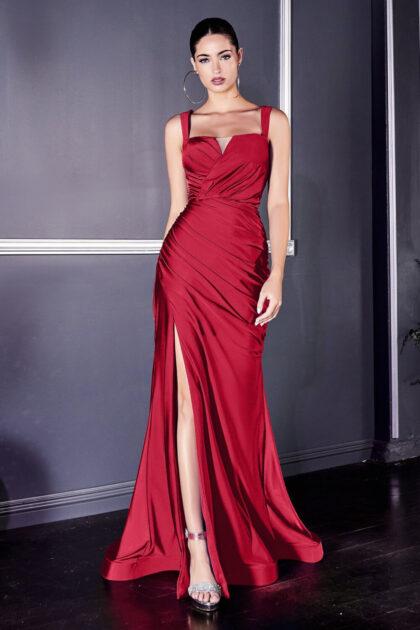 Baila toda la noche con este vestido largo de satén entallado y fruncido, silueta corte recto y falda trompeta