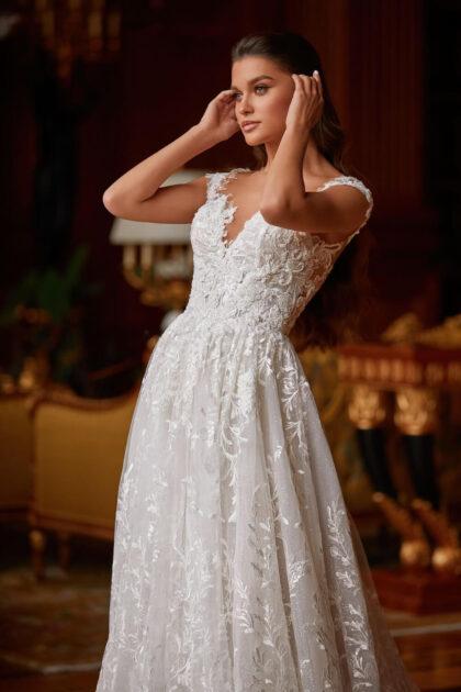 Casi toda la espalda del vestido es de malla desnuda, lo que crea el efecto de piel desnuda. El borde inferior del escote de la espalda está decorado con aplicaciones de encaje