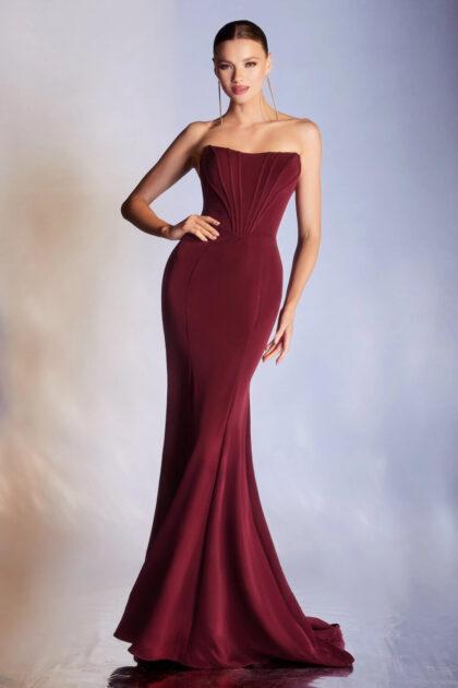 Para las amantes de los vestidos corte sirena y falda acampanada, el modelo Kendall es ideal, con su diseño strapless y mangas off-shoulder removibles