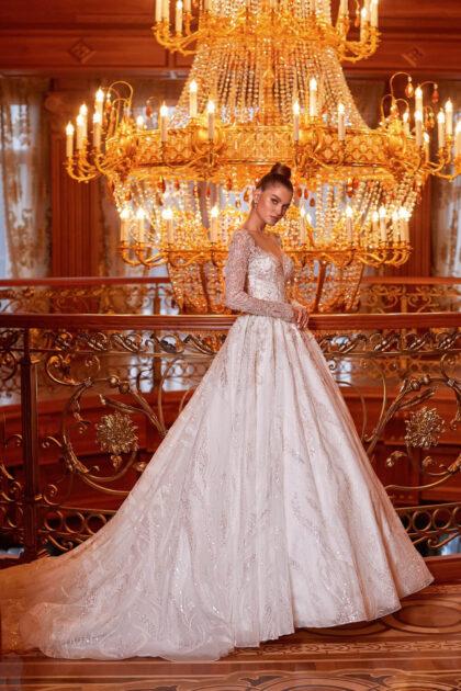 o primero que llama la atención es un corte elegante: un vestido con mangas largas, un escote en V en forma de corazón y una exuberante falda tiene un aspecto increíblemente noble
