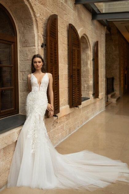 Vestido de novia Seduction, con escote en V profundo y falda con cola larga - Marca Pollardi importada por Bridal Room Boutique Venezuela