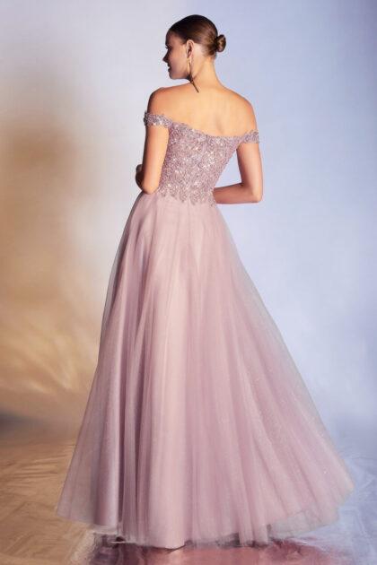 Muestra un lado romántico con este vestido de fiesta en Venezuela de Evening Dress Boutique, con la espalda entre abierta y un escote de hombros descubiertos off-shoulders