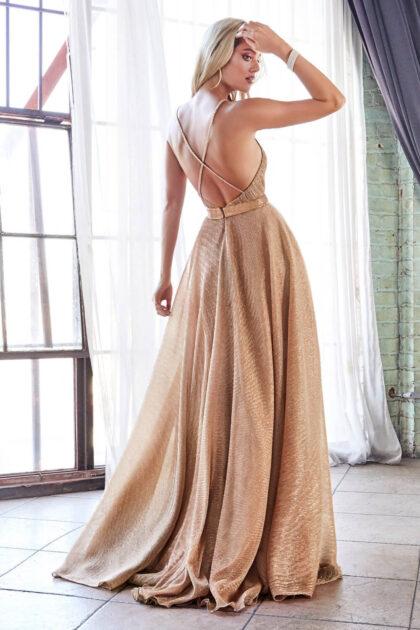 Cautiva al público de sala con este vestido de fiesta largo en Venezuela, con su elegante diseño de microplisado metalizado y espalda descubierta con tirantes cruzados