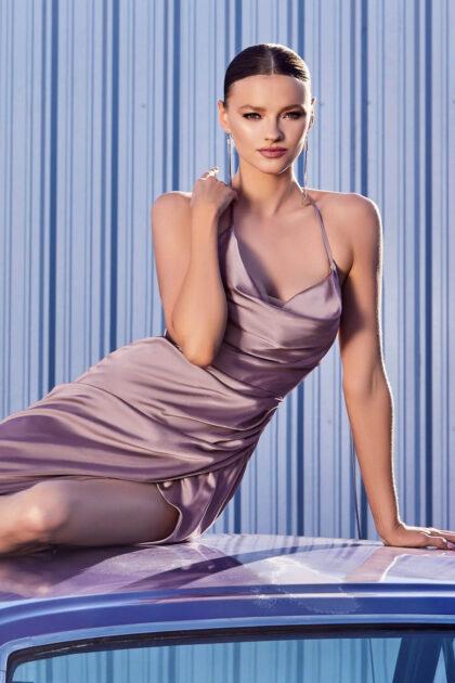 El vestido de fiesta Astrid es moderno y sofisticado, con su tela de satén y escote cowl tipo capucha lucirás encantadora, consíguelo en nuestras boutiques de Margarita, Venezuela