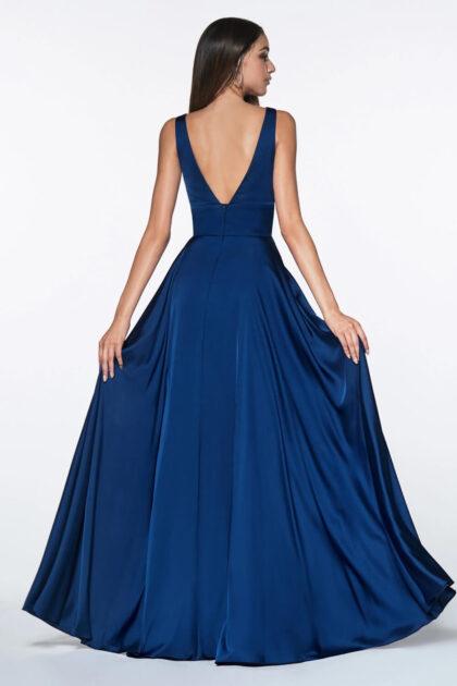 Nos encanta este vestido fluido de satén con abertura en las piernas, espalda abierta y escote en V