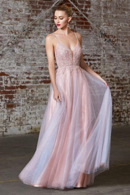 Un vestido único, multicolor con efecto evasé de azul claro a rosa, hipnotiza a todos con la brillante falda de tul