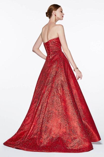 Vestido largo de fiesta color rojo, con brillos de glitter, silueta corte A con espalda abierta y corset. Luce inolvidable y a la vez sofisticada con este vestido de gala